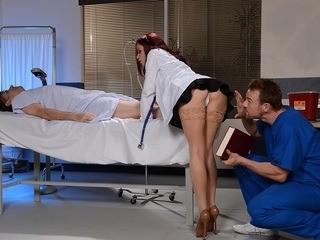 Nữ bác sĩ đụ nhau trong giờ làm việc